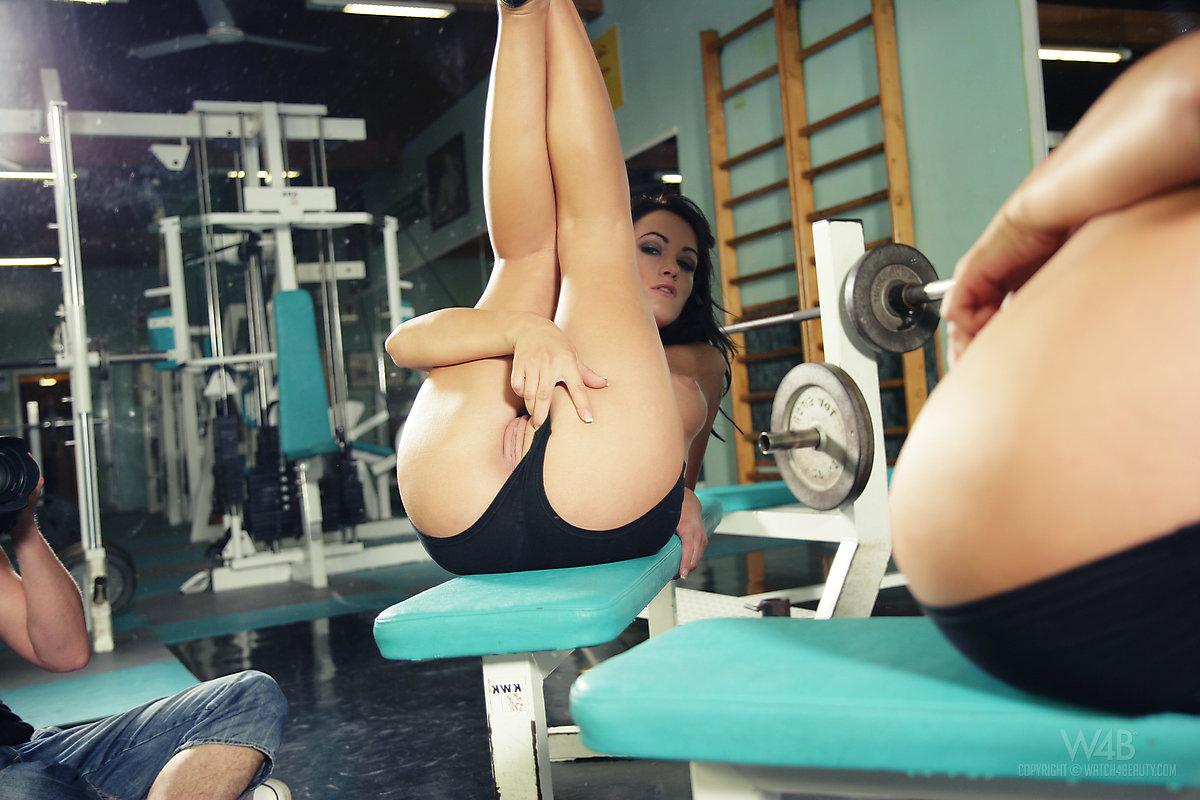 Девушки в спортзале ласкают друг друга филм