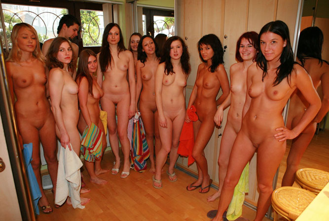 гголые девушки в компании парней фото